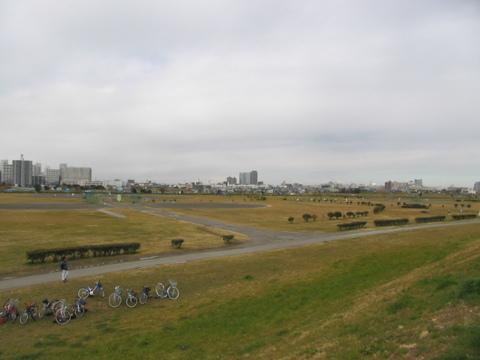 現地より徒歩3分(約200m)の『多摩川河川敷』