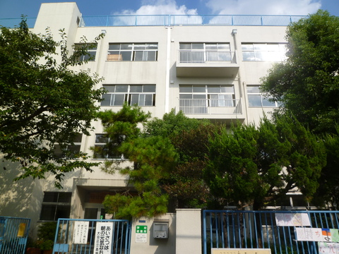 高畑小学校(現地より約270m)