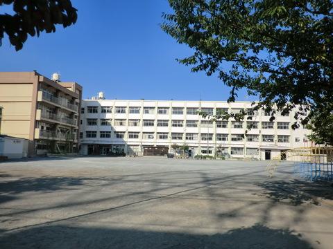 鶴見小学校 約150m