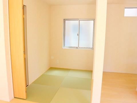 広々空間を楽しみませんか。和室は、お子様の遊び場や、ローテーブルを置いてのお茶の時間など。
